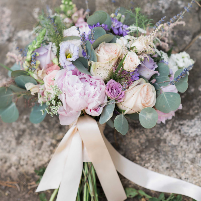 wedding mountain inspiration, beaver creek wedding planner, vail wedding planning, sweetly paired weddings, bridal bouquet, pastel color palette, lavender and blush wedding colors